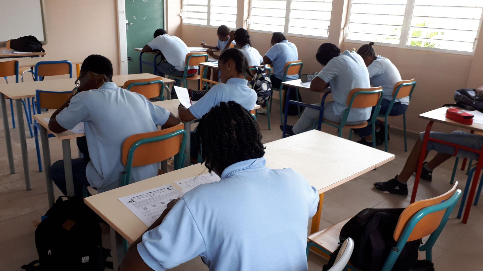 Personnes dans une salle de classe