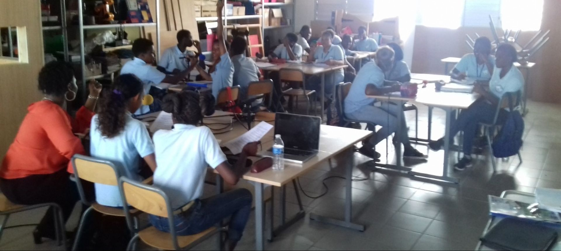 Groupe de personnes dans une salle de classe